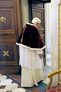 papa Benedicto XVI saliendo por la puerta