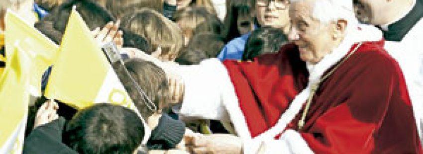 papa Benedicto XVI saluda a los jóvenes