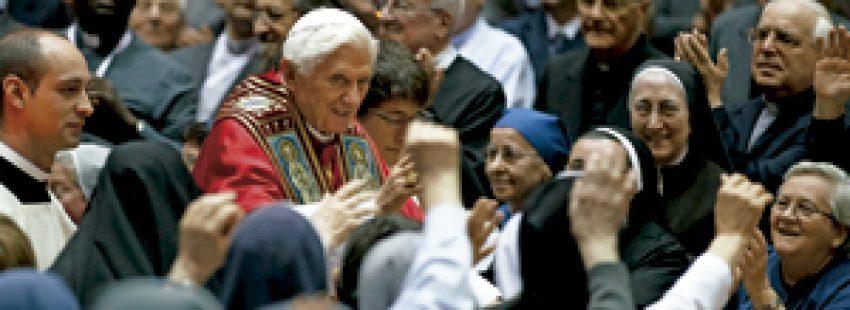 papa Benedicto XVI rodeado de religiosos y religiosas