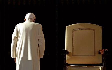 papa Benedicto XVI abandona trono silla obispo san Pedro