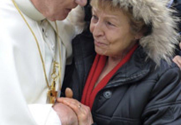 papa Benedicto XVI abraza a mujer víctima terremoto L'Aquila Italia abril 2009