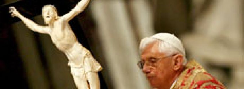 papa Benedicto XVI el Viernes Santo 2008