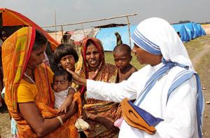religiosa de las Misioneras de la Calidad con un grupo de chicas y mujeres