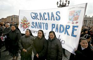 religiosas agradecen con pancarta al papa Benedicto XVI