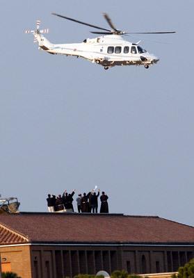 sacerdotes despiden helicóptero papa Benedicto XVI 28 febrero 2013