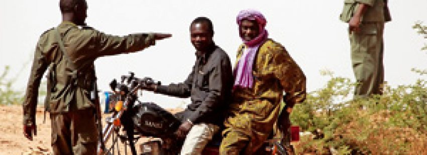 soldados y población en Malí