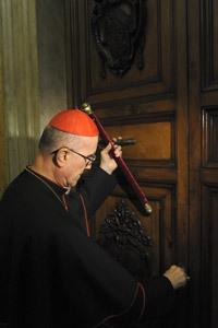 camarlengo Tarcisio Bertone sella apartamentos pontificios en el inicio de la sede vacante