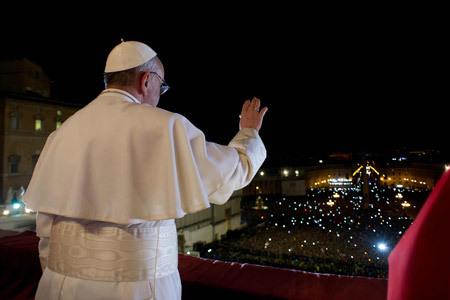 primer saludo de papa Francisco a los fieles de la Plaza de San Pedro