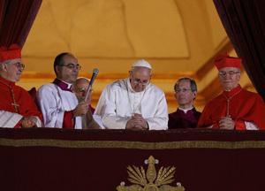 papa Francisco en el balcón 13 marzo 2013 se inclina