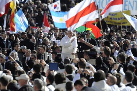 papa Francisco entre la gente Plaza de San Pedro misa inicio pontificado