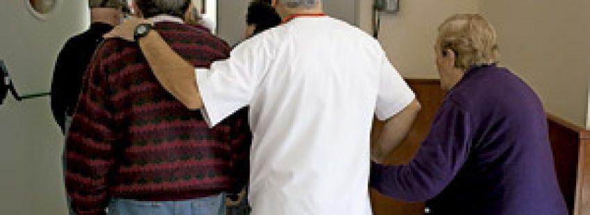 voluntario católico en un hospital con ancianos