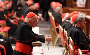 cardenal en oración antes del cónclave