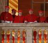 cardenales asomados al balcón con el papa