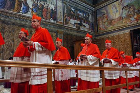 cardenales entran en la Capilla Sixtina para el cónclave de elección del nuevo papa