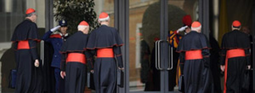 cardenales entrando en el aula sinodal para preparar el cónclave