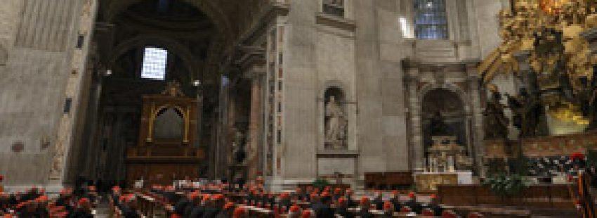 cardenales en oración basílica de San Pedro 6 marzo 2013