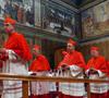 cardenales entrando en la Capilla Sixtina para el cónclave