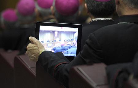 obispo con un iPad