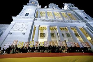 jóvenes católicos con cartel España siempre fiel