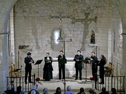 concierto de músicos en una iglesia