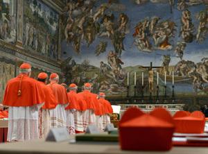 cardenales entrando en la Capilla Sixtina cónclave 2013