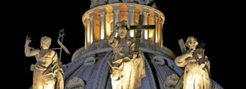 cúpula del vaticano de noche