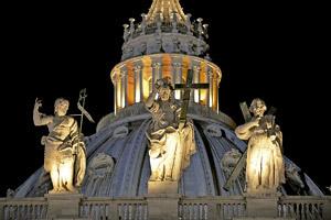 cúpula de San Pedro del Vaticano de noche