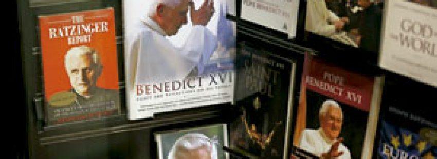 libros del papa Benedicto XVI en una librería estantería