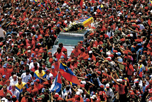 venezolanos en la calle despiden cadáver de Hugo Chávez