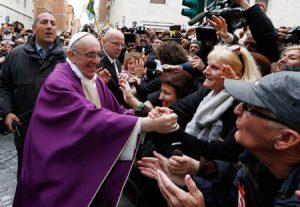 papa Francisco saluda a la gente a la salida de misa