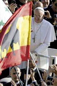 papa Francisco pasa por delante de una bandera de España