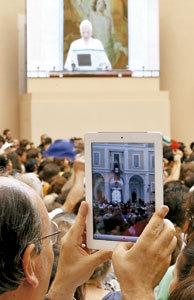 hombre sigue audiencia Papa en iPad