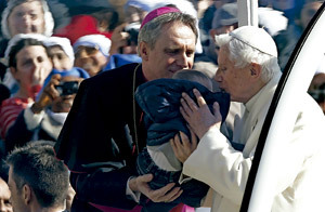 Benedicto XVI besa a un bebé en su última audiencia general miércoles 27 febrero 2013