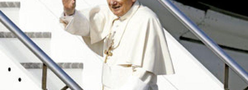papa Benedicto XVI subiendo escaleras avión