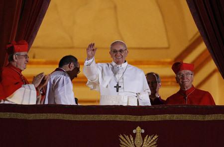 papa Francisco se asoma por primera vez al balcón 13 marzo 2013