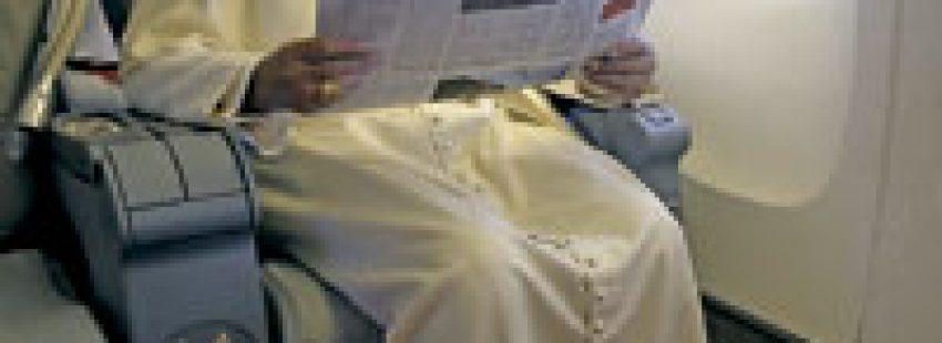 papa leyendo el periódico en el avión papal