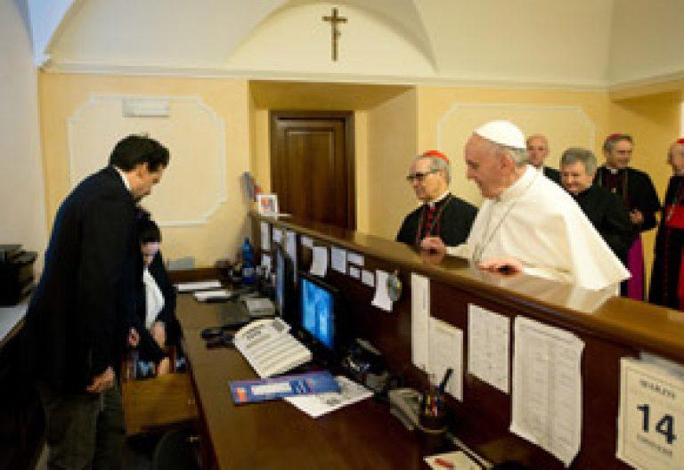 papa Francisco paga cuenta en su residencia