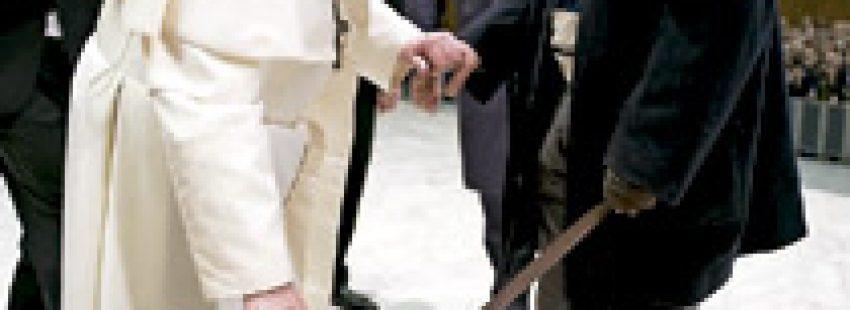 papa Francisco saluda a periodista ciego