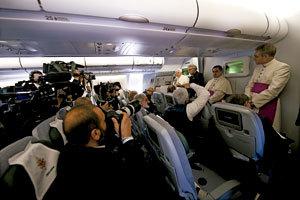 papa Benedicto XVI con periodistas en el avión