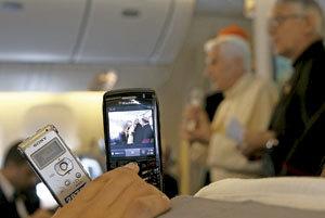 periodistas con el papa Benedicto XVI en avión