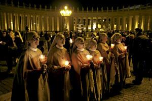 oración por la noche en plaza San Pedro Vaticano ante la despedida de Benedicto XVI, jueves 27 febrero 2013