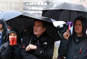 peregrinos en San Pedro bajo la lluvia miércoles 13 marzo 2013