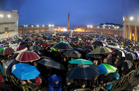 fieles en la plaza de San Pedro Vaticano esperan nombramiento nuevo papa
