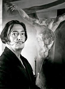 Salvador Dalí posa frente a un cuadro con un Cristo