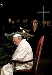 papa Francisco escucha meditaciones del Vía Crucis 2013 en el Coliseo Romano