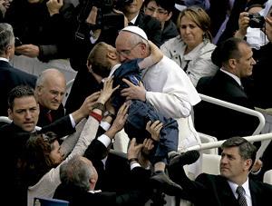 papa Francisco abraza a un niño enfermo
