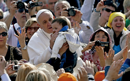 papa Francisco besa a un bebé