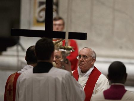 papa Francisco ante la cruz Viernes Santo 2013