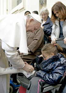 papa Francisco firma escayola a una niña