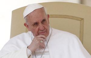 papa Francisco sentado pensativo